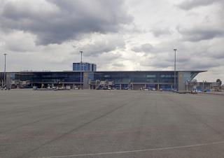 Вид с перрона на посадочную галерею терминала 2 аэропорта Хельсинки Вантаа