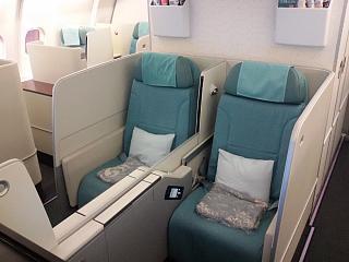 Места для пассажиров бизнес-класса в самолете Airbus A330-200 авиакомпании Korean Air