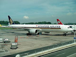 Boeing 777-300s from Singapore airlines at the airport Singapore Changi