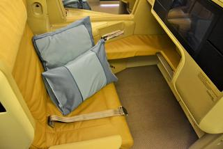 The seat business class Boeing-777-300 Singapore airlines