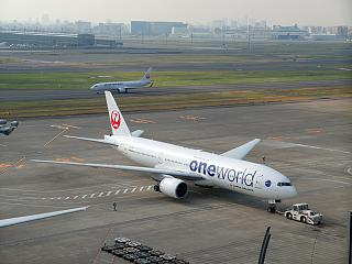 "Boeing-777-200 Japanese airlines in the color of the Alliance ""Oneworld"" at the airport Tokyo Haneda"