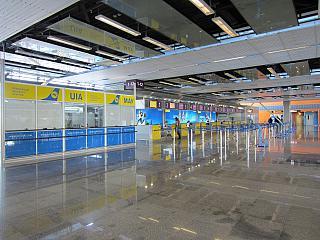 Стойки регистрации Международных авиалиний Украины в терминале Д аэропорта Киев Борисполь