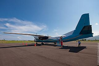 Посадка в самолет Xian MA60 в аэропорту Комодо города Лабуан-Баджо