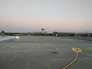 Вид с перрона на пассажирский терминал аэропорта Рига