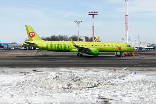 Самолет Airbus A321 авиакомпании S7 Airlines в аэропорту Домодедово
