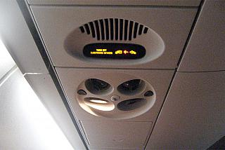 Панель над пассажирским местом в самолете Embraer 190