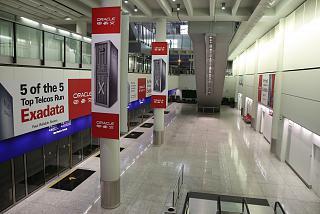 Остановка поезд вдоль посадочной галереи терминале 1 аэропорта Гонконг