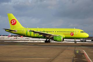 Самолет Airbus A319 VP-BTP авиакомпании S7 Airlines в аэропорту Домодедово