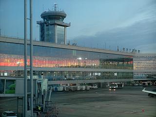 Аэровокзал и диспетчерская башня аэропорта Домодедово