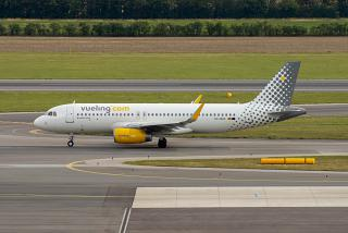 Airbus A320 EC-MXG Vueling at the airport Vienna Schwechat