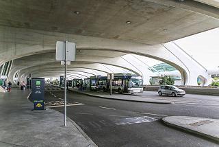 Остановка автобусов в аэропорту Порту
