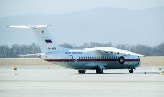 Самолет Ан-148-100Е МЧС России в аэропорту Владивостока