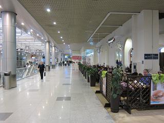 Зона кафе на 2-м этаже аэровокзала аэропорта Домодедово