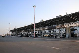 Вид с перрона на пассажирский терминал аэропорта Салоники