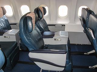 Салон бизнес-класса в Airbus A320 Азербайджанских авиалиний