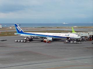 Боинг-777-300 авиакомпании ANA в аэропорту Наха на острове Окинава
