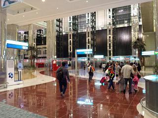 Искусственный водопад в терминале А аэропорта Дубай