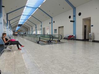 Коридор с выходами на посадку в аэропорту Коломбо Бандаранайке