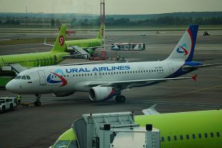 Airbus A320 VQ-BRE Уральских авиалиний в аэропорту Домодедово