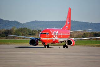 Самолет Боинг-737-500 авиакомпании SAT (Аврора) в аэропорту Владивостока