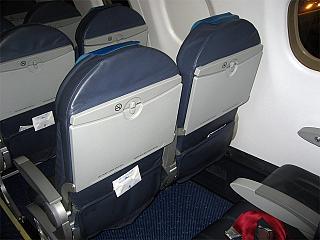 Пассажирские кресла в самолете Embraer 190 авиакомпании KLM Cityhopper