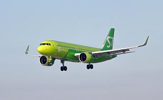 Airbus A320neo VQ-BRI авиакомпании S7 Airlines заходит на посадку в аэропорт Иркутск