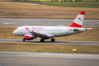 Airbus A319 (OE-LDA) of Austrian Airlines on the taxiway of the airport of Vienna