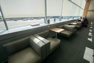 Места в видом на перрон в бизнес-зале S7 в аэропорту Москва Домодедово