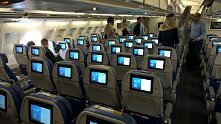 Салон экономического класса в самолете Airbus A330-200 авиакомпании Gulf Air