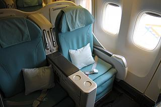 Seats in business class in a Boeing 747-400 Korean Air