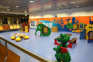 Детская площадка в аэропорту Фуншал на острове Мадейра