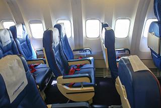 Пассажирский салон эконом--класса в самолете Боинг-767-300 авиакомпании