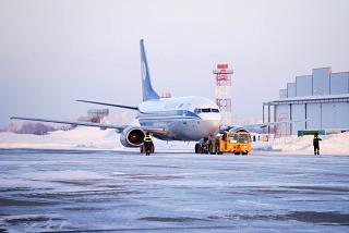 """Boeing-737-500 EW-250PA of the airline """"Belavia"""" at the airport of Omsk"""