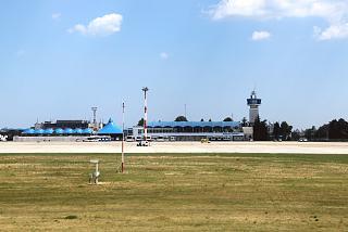 Старый пассажирский терминал аэропорта Бургас - вид с перрона