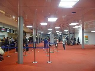 Транзитная стойка информации в аэропорту Париж Шарль-де-Голль