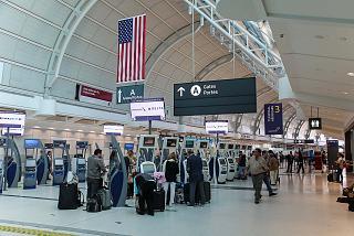 Зона регистрации на рейсы американских авиалиний в терминале 3 аэропорта Торонто Пирсон