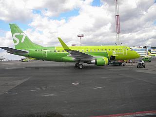 Самолет Embraer 170 VQ-BYW авиакомпании S7 Airlines в аэропорту Домодедово