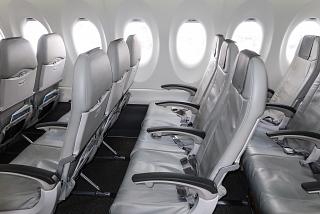 Кресла пассажиров эконом-класса в самолете Airbus A220-300 авиакомпании airBaltic