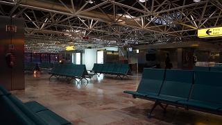 Зал ожидания в чистой зоне терминала 1 аэропорта Лиссабон Портела