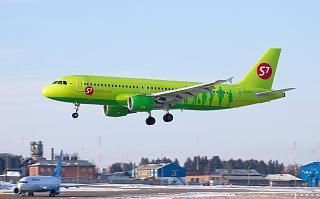Самолет Airbus A320 VQ-BET авиакомпании S7 Airlines перед посадкой в аэропорту Иркутск