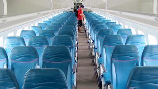Салон экономического класса в самолете Боинг-717 Гавайских авиалиний