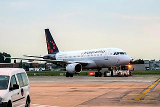 Буксировка Airbus A319 Brussels Airlines в аэропорту Брюсселя