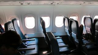 Салон эконом-класса в самолете Боинг-717 Гавайских авиалиний
