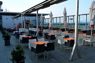 Кафе на смотровой площадке в аэропорту Любляна