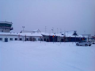 Аэровокзал и диспетчерская башная аэропорта Каяни со стороны привокзальной площади