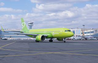 Самолет Airbus A320neo VQ-BRB авиакомпании S7 Airlines в аэропорту Домодедово