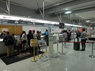 Стойки регистрации авиакомпании Japan Airlines в аэропорту Осака Кансай