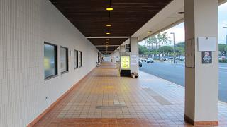 A walkway at the entrance to the terminal of Honolulu airport