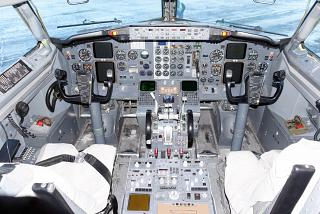 The cockpit on the Boeing-737-500