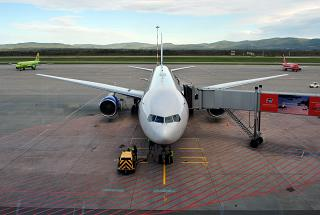 Боинг-777-300 авиакомпании Трансаэро в аэропорту Владивостока